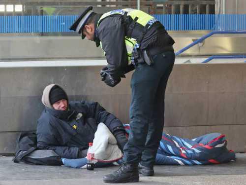 этот бездомный каждый день собирает милостыню вы не поверите на что он их тратит
